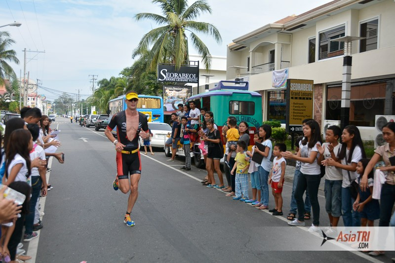 Spectators and ocean views is what you can expect from the run course